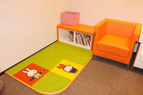 キッズスペース:小さいお子様や、お子様連れの患者様に喜んでいただけるようにキッズスペースをご用意致しました。