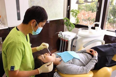 診療風景:患者さんとしっかりコミュニケーションをとりながら診療を行っていきます。