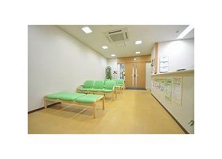待合室:診療の順番をお待ちいただくスペースです。テレビをご用意していますので、どうぞお寛ぎ下さい。