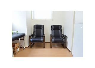 手術用待合室:手術を受けられる患者様専用の待合室です。何かあれば即対応できる環境ですので、ご安心いただけます。
