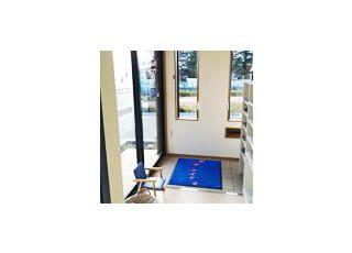 玄関お子さまの靴の脱ぎはぎに椅子をご用意しております。