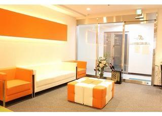 待合室:ご来院いただいた患者さんの緊張を和らげ、待ち時間を快適に過ごしていただける、ゆったりとした雰囲気の待合室となっています。
