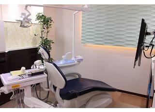 診療チェア:当院では治療の際にモニター設備を利用し、皆様と歯科医師が一緒に歯の様子を見ながら治療を進めていきます。映像を見ながら医師が説明いたしますので、治療方法がより明確になり不安も少なくなります。