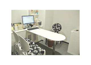 相談室:モニターを見ながら詳細な治療計画のご説明や、矯正治療費のお支払い方法のご相談をさせていただきます。