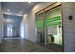 ビルの2階、こちらの入り口からお入りください。