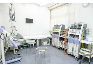処置室です。低周波治療を行っております。
