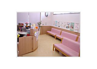 待合室:来院されましたら、まず受付をお済ませください。お呼びするまで、ソファでおかけになってお待ちください。