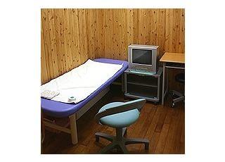 特診1~3はしか、みずぼうそうなどのお子さんはコチラでお待ち頂き、診療を行います。3室はそれぞれ完全個室になっており、空気清浄機・エアコンが各室に備えてありますので、乳児の方の院内感染防止にも役立ちます。テレビ・ビデオを備えた部屋もあり、点滴など時間のかかる処置の時にもご利用いただけます。