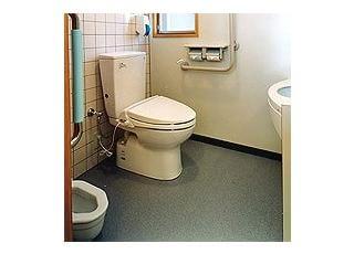 トイレお子さん用の小さいトイレも設けました。もちろんおむつ交換台もあります。
