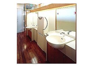 手洗い場大人用の手洗いと、子供用の低い手洗いを設けました。おむつ交換代は場所も広く使いやすいこの場所に設置しました。