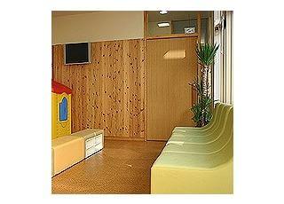 待合2こちらは予防接種などで来院される健康なお子さんの為の待合室です。待合室が分かれておりますので、風邪の季節などでもご安心いただけます。こちらにおいてあるプレイハウスは子どもたちに大人気です!
