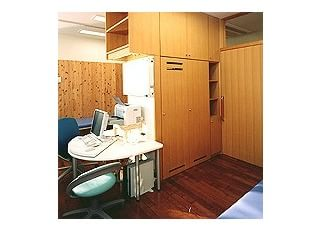 診療室子どもの目線で診療できるよう、ベッドや椅子、机の高さを選びました。