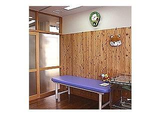 処置室診察室のすぐとなりに設けました。注射や点滴、吸入などをこちらで行います。場所を広くとってありますので、お母さんも一緒に付き添っていただけます。