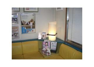 待合室(1):待合室です。お子さんもゆっくりくつろげるよう、テーブルと椅子を用意しております。