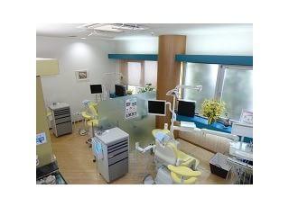 診療室:診療室です。十分な広さで、圧迫感のないユニットで診察をお受けいただけます。