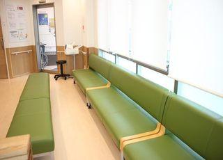 広々とした待合室です。こちらの長椅子にかけてお待ちください。