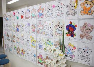 診療室にお子さま達の塗り絵を飾っています。コミュニケーションを大切にしています。