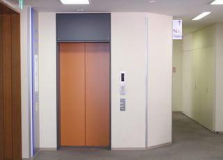 当クリニックは5階になります。エレベーターでお越しください