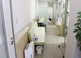診察までの間にお待ちいただく中待合室です