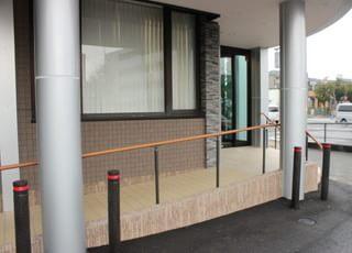 入り口はバリアフリーに配慮してスロープを設置しています。