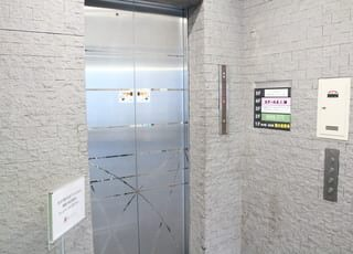 当クリニックはエレベーターをあがった3階です。
