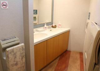お手洗いは清潔感があり、おむつ台も完備しています。