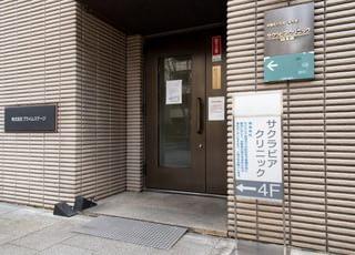 こちらの入り口から建物内にお入りください