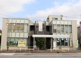 当院はこの建物の2階にございます。階段とエレベーターが利用できます
