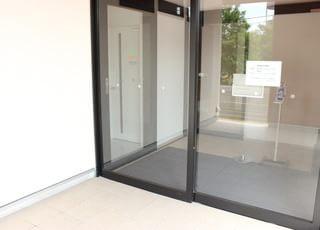 建物の入口は自動ドアです