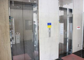 こちらのエレベーターで4Fまでお越しください。