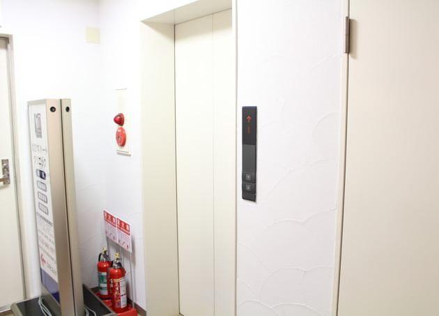 エレベーターに乗ってお越しください