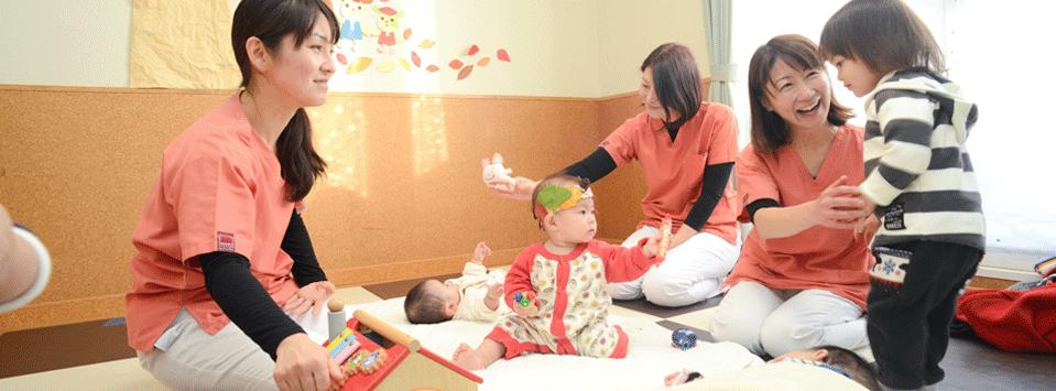 病院内託児所、スタッフと子供たち