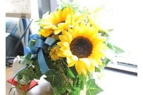 こうのクリニック 吉塚駅 カウンセリング室には花が飾られ、落ち着いた雰囲気となっています。の写真
