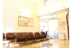 わたなべクリニック 小牧口駅 できるだけ居心地の良い待合室にしておりますの写真