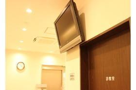 扇町公園皮膚科クリニック 中崎町駅 お待ちいただく間は待合室でテレビを見ることが可能ですの写真