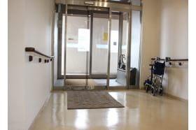 平吹医院 永覚駅 段差のない大きな入り口がございます。の写真