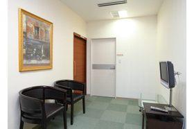 クリニックサンセール 中島駅(愛知県) 待合室にはテレビが置いてあります。の写真