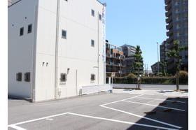 吉岡クリニック 摂津本山駅 敷地内に駐車場がございます。の写真