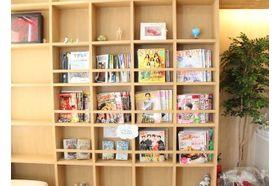 あおき内科クリニック 高井戸駅 待合室には多くの雑誌をご用意しておりますの写真