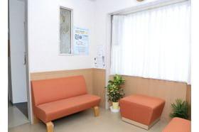 胡医院 東向日駅 ソファーにお掛けになってお待ちください。の写真