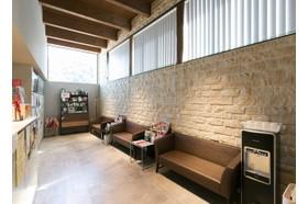みきクリニック 道ノ尾駅 天井が高く、明るい待合室ですの写真