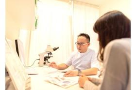 早川クリニック 心斎橋駅 医学的根拠やデータに基づいた説明を、わかりやすくお伝えできるように取り組んでおりますの写真