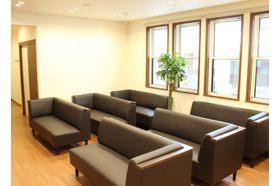 橋本消化器内科クリニック 上大岡駅 木を基調とした空間ですので、落ち着いて治療をお待ちすることが出来ます。の写真