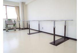 整形外科 高松厚生クリニック 瓦町駅 リハビリ室にて、器具を用いたリハビリを行っております。の写真
