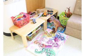 加藤内科小児科医院 武蔵新田駅 キッズスペースには人形やおもちゃがたくさんありますの写真