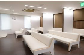 松本産婦人科医院 本庄駅 患者さん同士が向かい合いにならない待合室ソファー。の写真