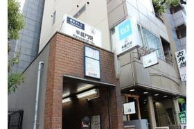麹町内科 半蔵門駅 半蔵門線「3A」出口から出て徒歩約1分の好立地にあります。の写真