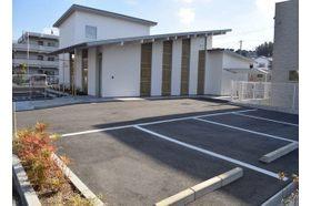 まつだクリニック 鈴蘭台駅 駐車場10台分あり。車いす専用の駐車場もご用意しておりますの写真
